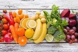 Kook met alle kleuren groenten en fruit