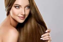 Jonge vrouw met gezond, glanzend haar